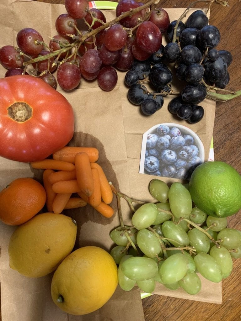 Fruits and vegetables placed in a circle according to color order